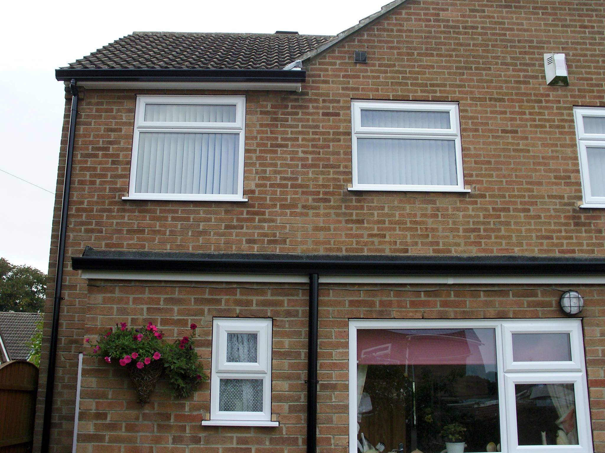 Roofline with continuous aluminium guttering